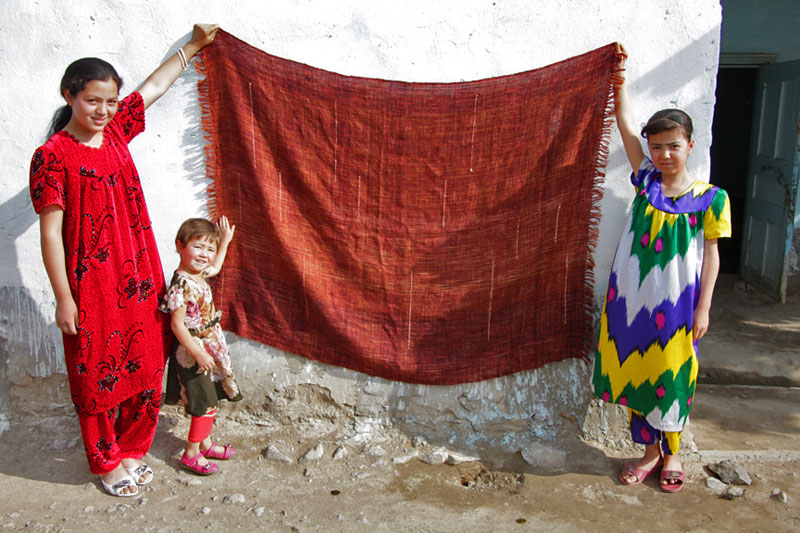 The photo of a Tajikistan weaver and her daughters that kept Cindy inspired. Photo courtesy of Marilyn Murphy